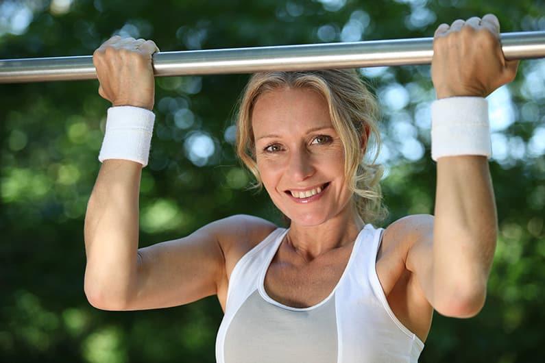 Klimmzüge mit der Gewichtsweste trainieren
